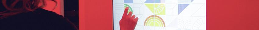 consultation d'une orne tactile d'information par une utilisatrice