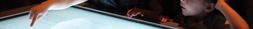 scenographie d'exposition sur pupitre tactile 42 pouces