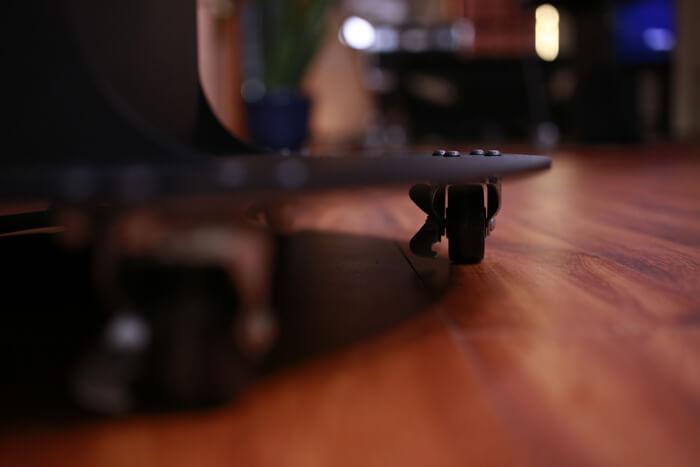 roulettes de transport sur la table tactile 55 pouces