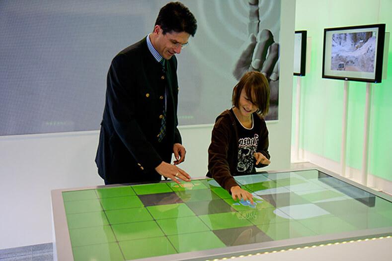 médiation culturelle avec une table tactile multitouch