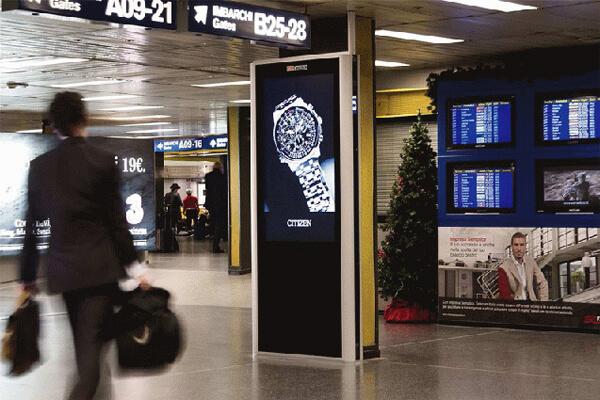Totem tactile double face RECTO-VERSO en version 55 pouces dans un hall d'aéroport