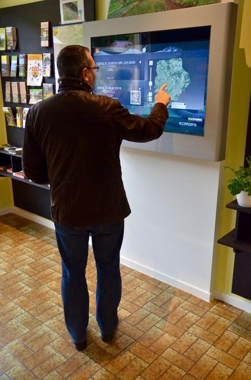 Ecran tactile outdoor 32 pouces cartographie interactive tourisme