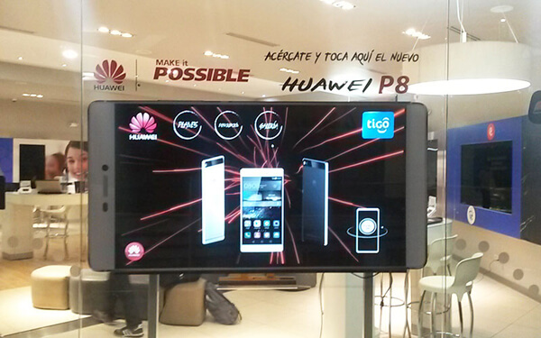 opération marketing HUAWEI sur vitrine interactive