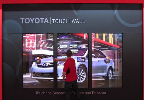 marketing sur point de vente toyota avec mur d'images tactile