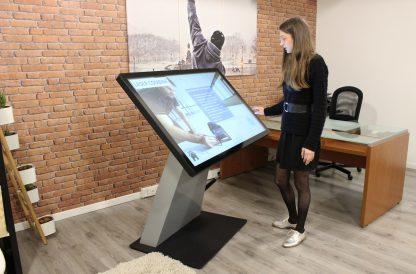 Borne interactive 4K 49 pouces digitale haute résolution