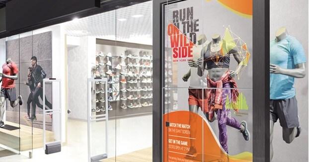 Ecran transparent OLED 55 pouces vitrine magasin