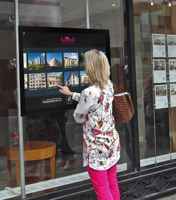 Vitrine tactile connectée agence immobilière
